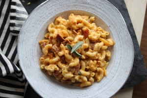 Apple Bacon Gouda Mac & Cheese